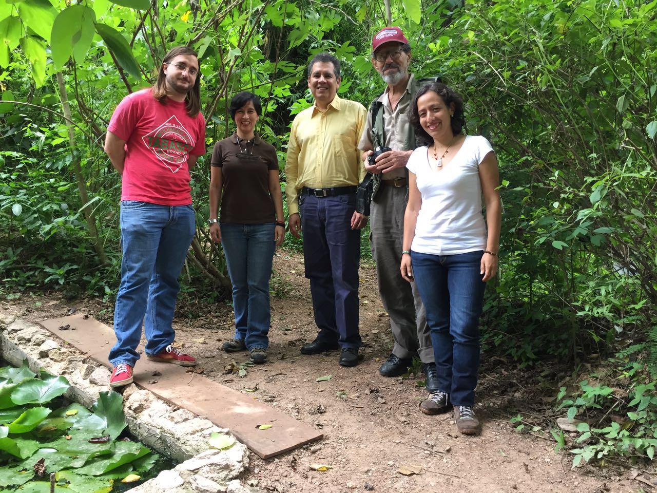 Carlos Peláez, Mayra Rincón, Juan Carlos Sánchez, Luis Levin y Lisbeth Bethelmy en el Jardín Ecológico de la Concha Acústica, donde se grabó el programa